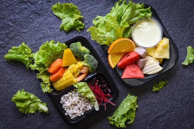 Plastikowe pudełko na żywność ze zdrowym pudełkiem na żywność sałatka owocowa z warzywami usługa dostawa online