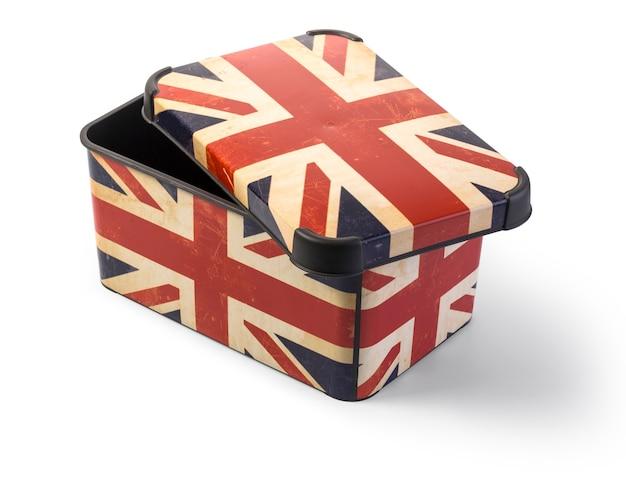 Plastikowe pudełko z flagą wielkiej brytanii na białym tle na białym tle ze ścieżką przycinającą