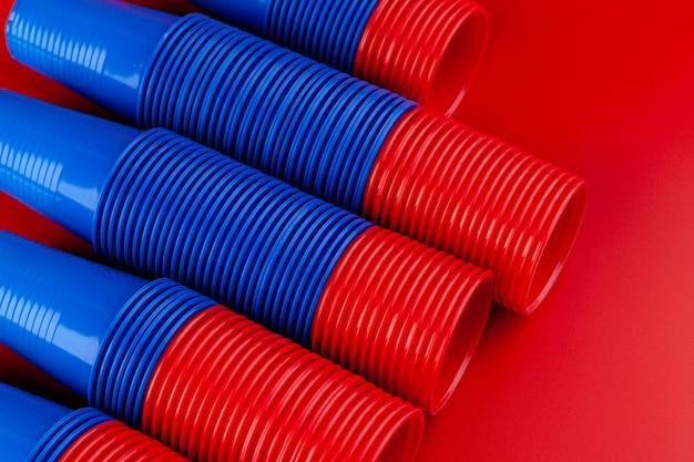 Plastikowe puste kolorowe kubki