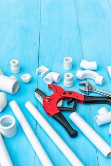 Plastikowe rury i narzędzia do cięcia rur.