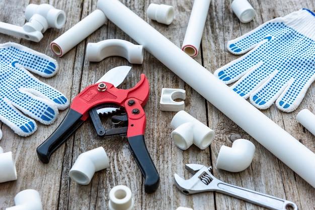 Plastikowe rury i obcinak do rur