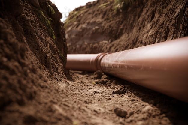 Plastikowe rury w ziemi do odprowadzania ścieków i wody deszczowej