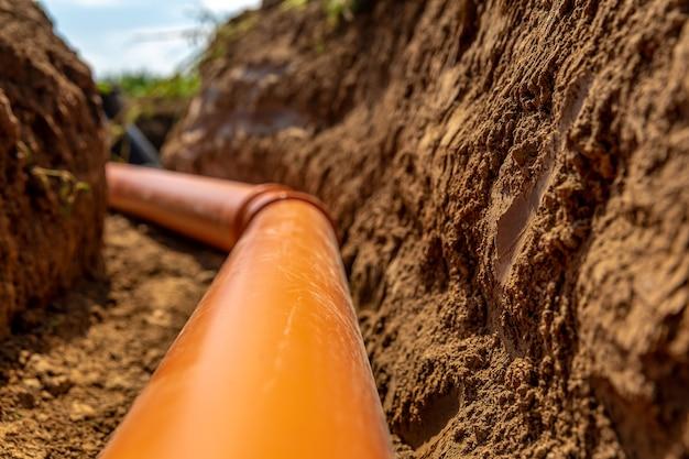 Plastikowe rury w ziemi do odprowadzania ścieków i wody deszczowej.