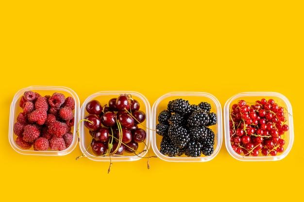 Plastikowe serwetki z malinami, jeżynami, czerwonymi porzeczkami i wiśniami