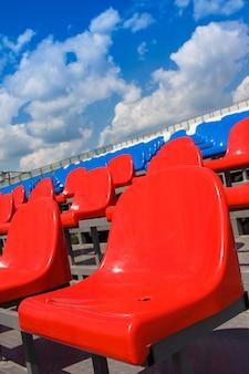 Plastikowe siedzenia na stadionie