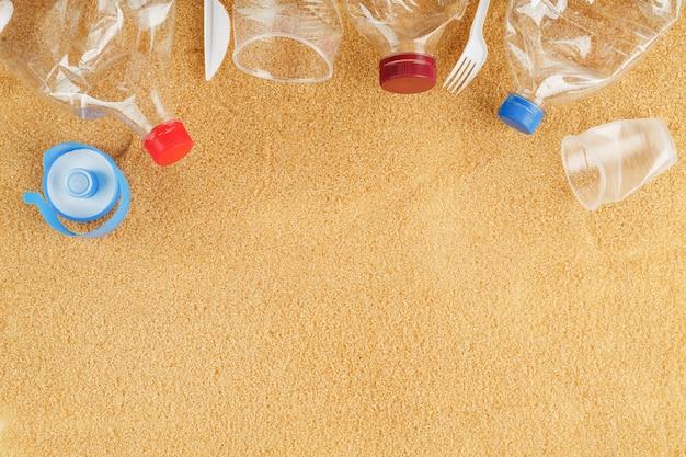 Plastikowe śmieci z morza na piaszczystej plaży