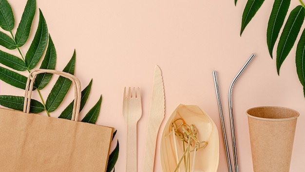 Plastikowe sztućce gratis na różowym tle. koncepcja zrównoważonego stylu życia.