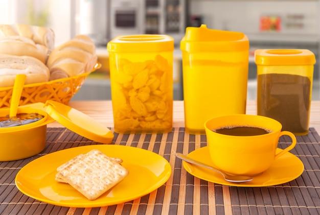 Plastikowe talerze do kawy i chleba