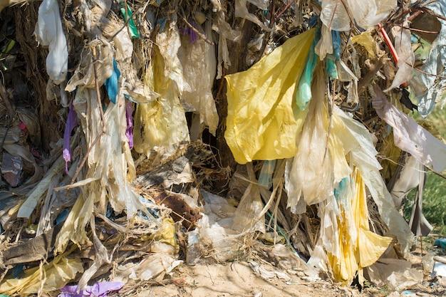 Plastikowe torby i butelki na składowisku nieuprawnione uwalnianie śmieci zanieczyszczenia przyrody