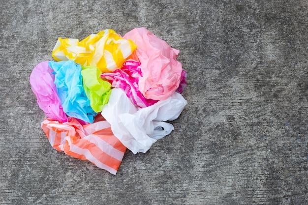 Plastikowe torby marnują na cementowym podłogowym tle