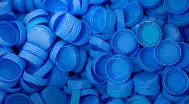 Plastikowe wieczko, które pozostało z butelek, zbierane jest w celu przetworzenia na inne przedmioty do ponownego użycia.