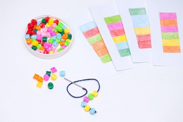 Plastikowe wielokolorowe koraliki. domowa gra na rzecz rozwoju dzieci.