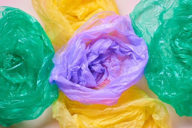 Plastikowe worki na śmieci flat lay