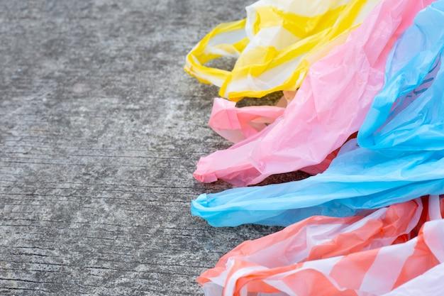 Plastikowe worki na śmieci na cementowej podłoga.