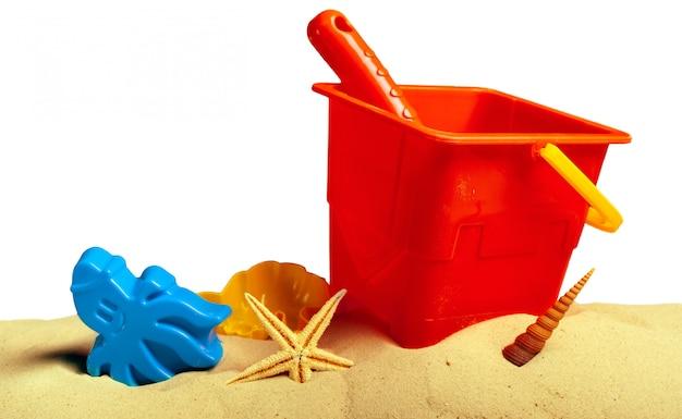 Plastikowe zabawki dla dzieci na piaszczystej plaży