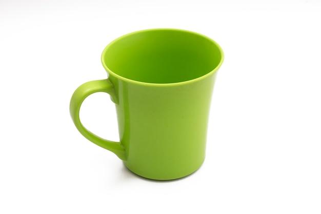 Plastikowy czajnik na białym tle