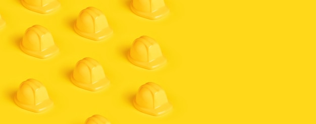 Plastikowy kask na żółtym tle, panoramiczny obraz z miejscem na tekst