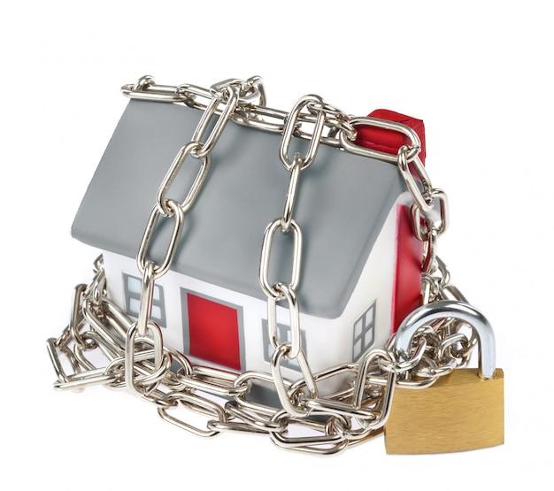 Plastikowy model domu z łańcuchem i kłódką