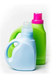 Plastikowy pojemnik na detergent na białym tle