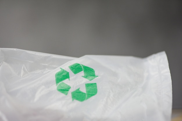 Plastikowy świat lub światowy dzień ochrony środowiska logo recyklingu w plastikowej torbie zmniejsz zero odpadów ekologicznych