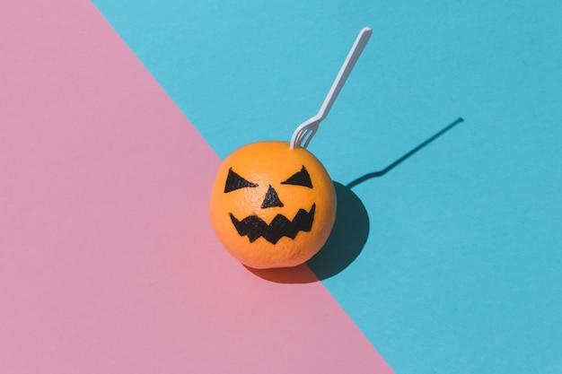 Plastikowy widelec w jack o'lantern. koncepcja halloween