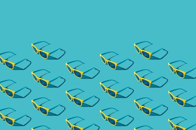 Plastikowy wzór okularów przeciwsłonecznych na turkusowym niebieskim tle z twardym cieniem