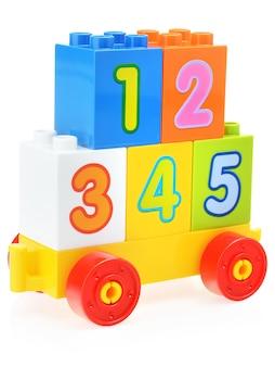 Plastikowy zestaw konstrukcyjny dla dzieci z dużą liczbą różnych kolorów na białym tle.
