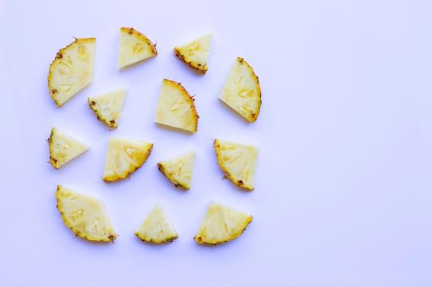 Plastry ananasa na ponad biały