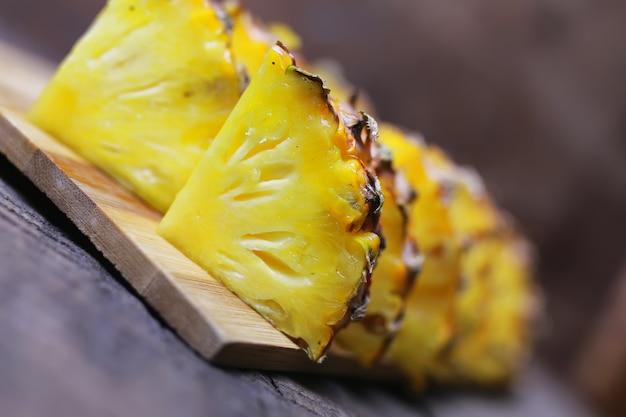 Plastry ananasa pokroić nożem