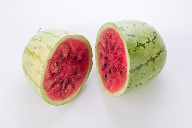 Plastry arbuza, połowa arbuza ułożona na białym tle, na białym tle