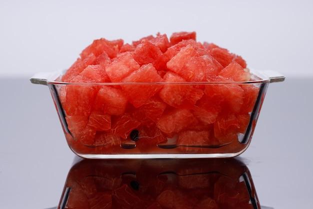 Plastry arbuzakawałek arbuza ułożony w przezroczystej kwadratowej szklanej misce