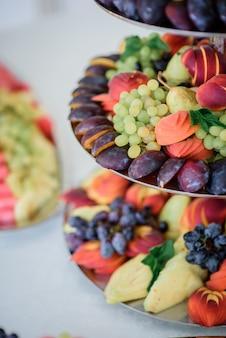 Plastry brzoskwiń, jabłek, ananasów i śliwek