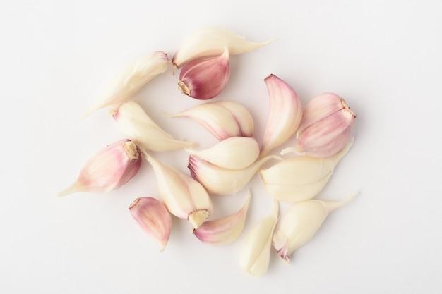 Plastry cebuli z łuską na białym tle