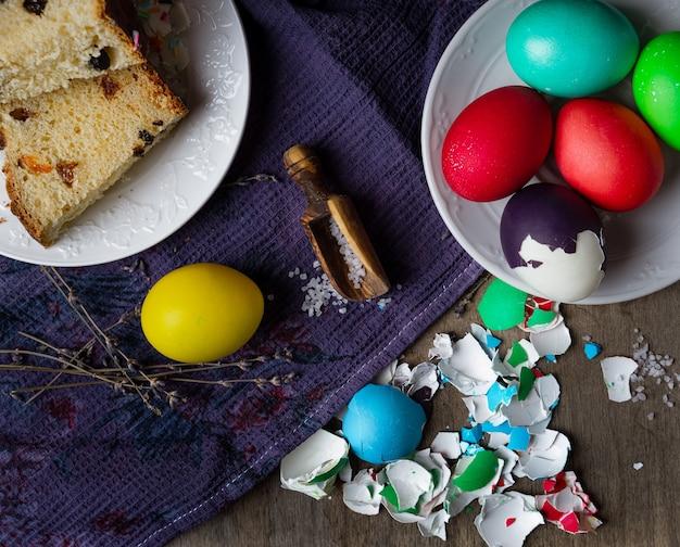 Plastry ciasta wielkanocnego, sól, kolorowe jajka i skorupki od jajek