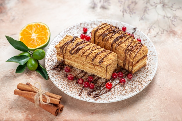 Plastry ciasta z jagodami na szaro