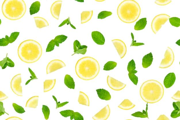 Plastry cytryny z liściem na białym tle. wzór. zdjęcie wysokiej jakości