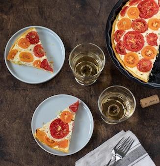 Plastry domowego ciasta z pomidorami i ricottą