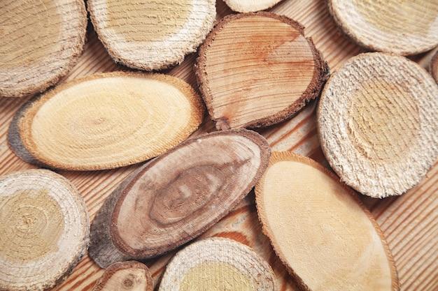 Plastry drzewa na drewnianym tle