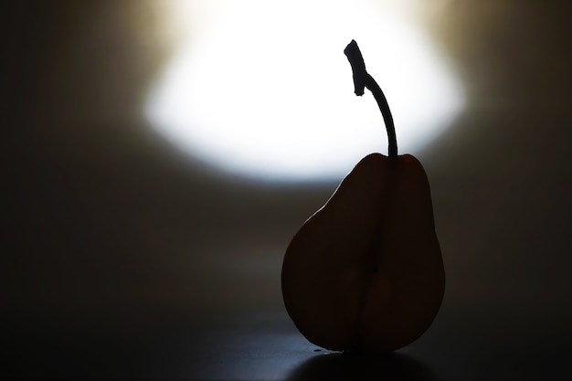 Plastry gruszki na czarnym background.pears w płycie i plastry gruszki widok z góry.