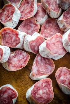Plastry hiszpańskiego salami