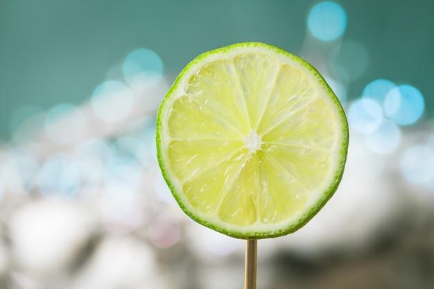 Plastry limonki owocowej na połysk. owoc cytrusowy.