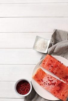 Plastry łososia, zdrowe jedzenie
