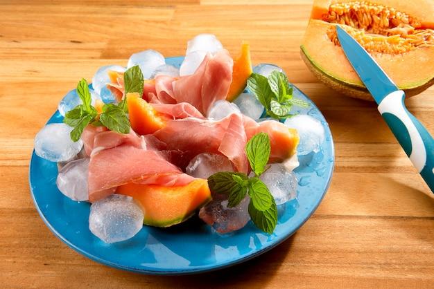 Plastry melona kantalupa i szynka prosciutto włoska przekąska