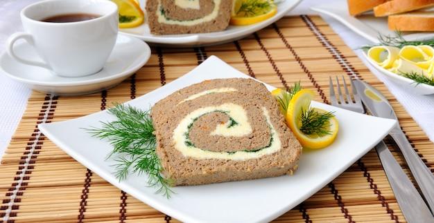 Plastry pasztetu z wątróbki z masłem i kawą na śniadanie