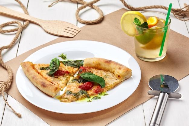 Plastry pizzy margherita z orzeźwiającą lemoniadą z lodem