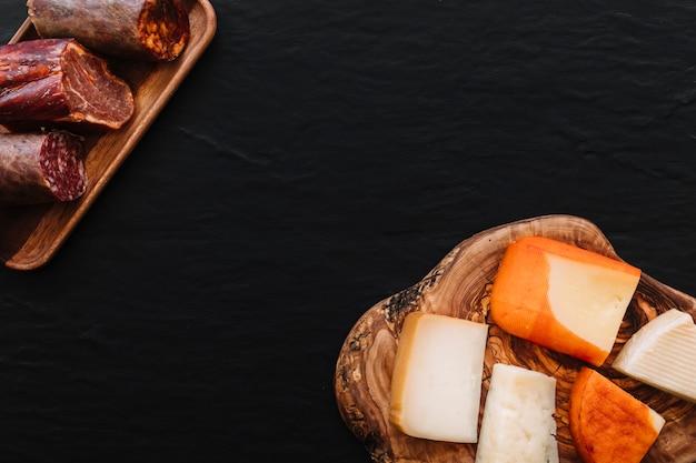 Plastry sera w pobliżu kiełbasy