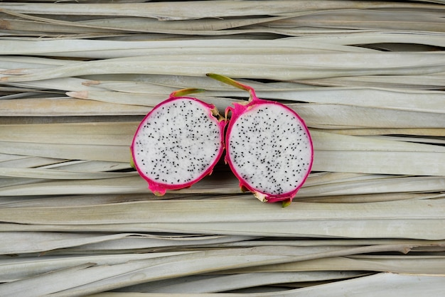 Plastry smoczych owoców, pokrojone, na pół na liściach palmowych. koncepcja fotografii organicznej martwej natury.