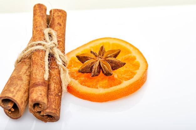 Plastry suszone pomarańcze lub mandarynki na białym tle. wegetarianizm i zdrowe odżywianie