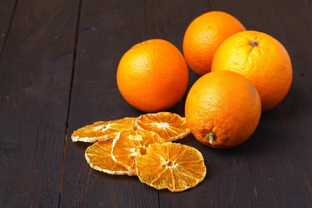 Plastry suszonej pomarańczy. naturalne organiczne jedzenie wegetariańskie. zdrowa przekąska.