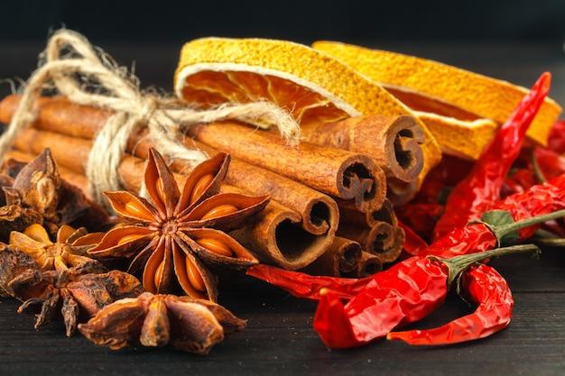 Plastry suszonej pomarańczy z pałeczkami cynamonu i anyżu